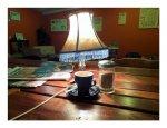 Nocna lampka stojąca na stoliku